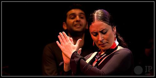 Sonia Olla, al fondo, Ismael  Fernández cantándole. Foto: Juan Pelegrín