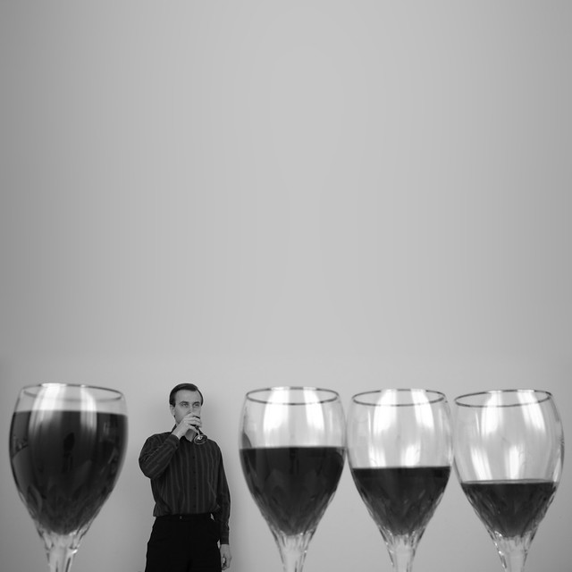 Glasses with wine por Syamastro