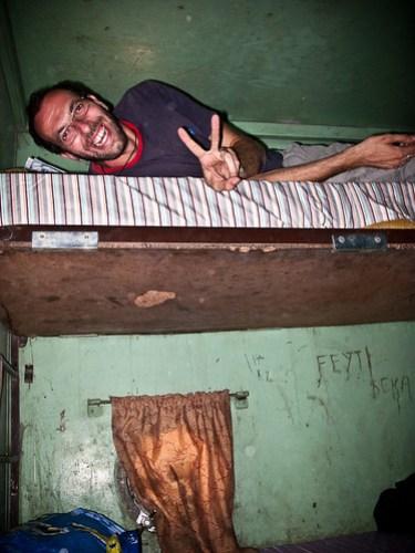 Happy im Abteil