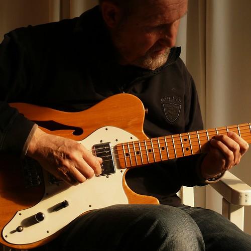 blond(e) guitar