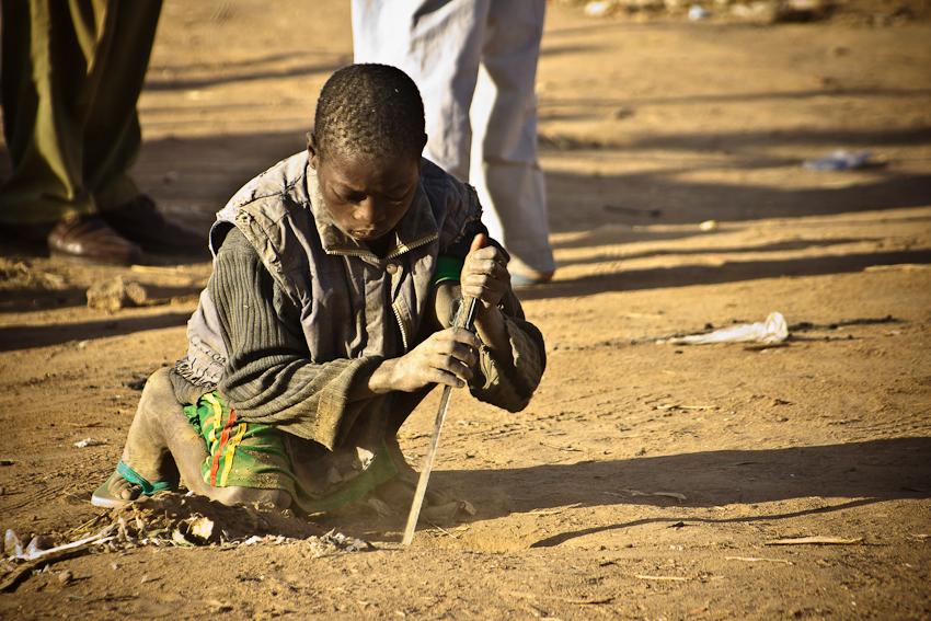 Kinder graben Löcher für die Standmasten