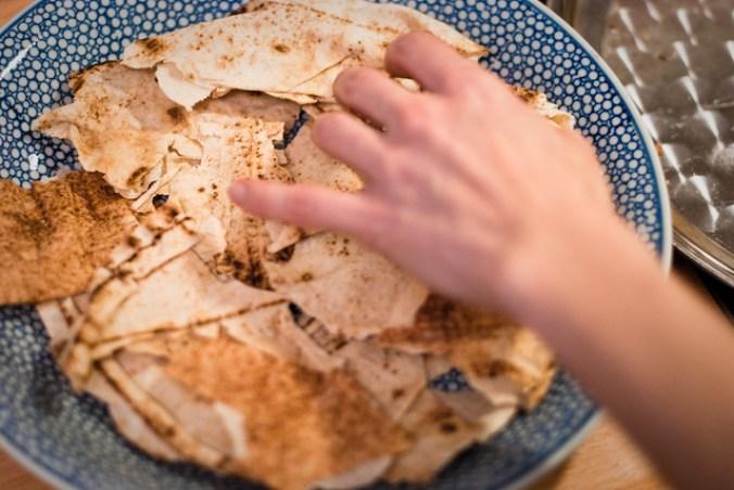 Libanese kip fattee: eerste de bodem met pittabrood