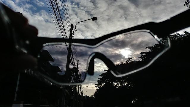 ยังไม่เปิดใช้ E-Tint แสงจะเข้ามาเต็มๆ มองท้องฟ้างี้ แสบตานะครับ