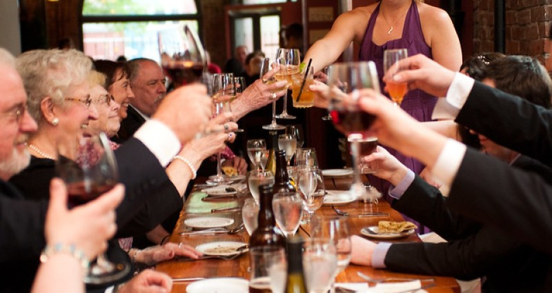 Rehearsal dinner planning tips on @offbeatbride