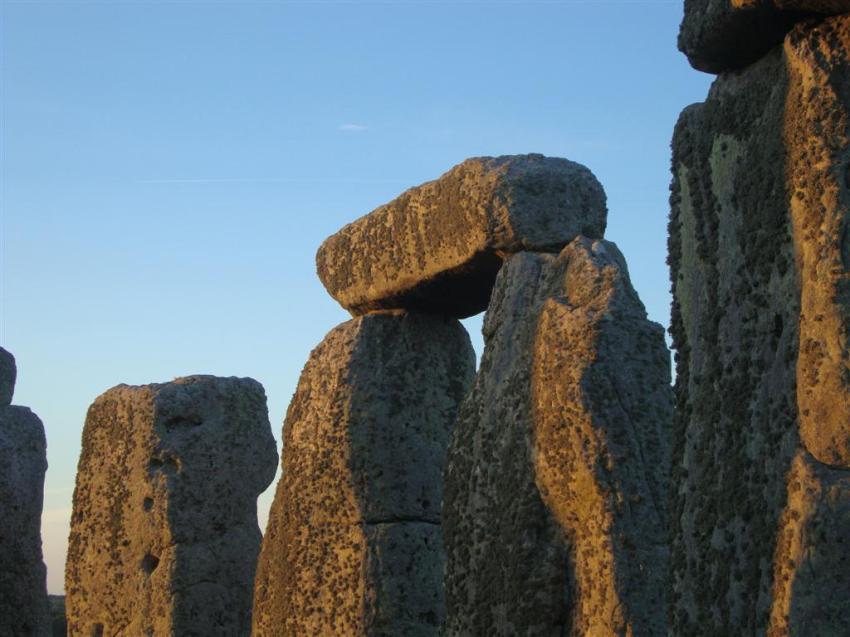 El color rojizo del sol durante el sunset refleja en los monolitos ... el sol se despide del día más largo del año Stonehenge Stonehenge, el mágico día del Solsticio 5065150619 b3bdb327a6 o