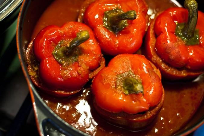 Gevulde paprika's met lamsgehakt, gestoofd in tomatensaus met komijn