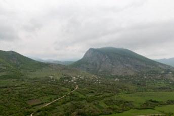 Togh ligt aan de voet van die berg rechts.