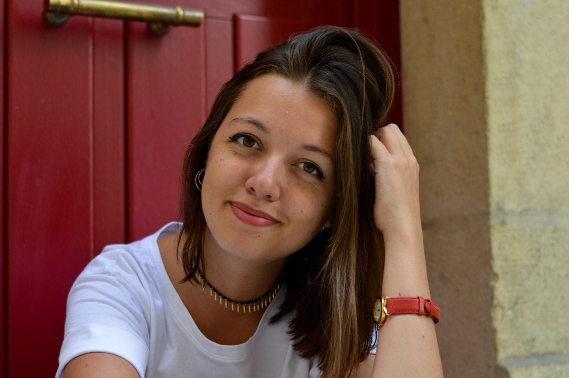 fille sourire make-up simple