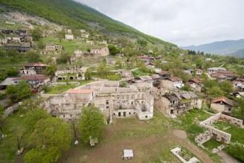 Twee dorpjes verder, in Togh, staat wat er over is van dit Melik's Paleis.