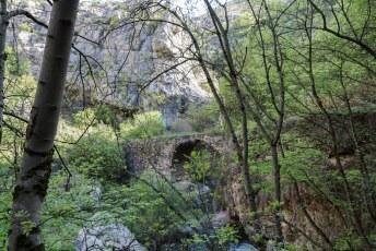 Beneden in de kloof loop je over eeuwenoude bruggetjes over de Karkar rivier.