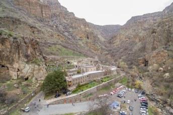 Op een uur rijden van Yerevan vindt je dit Geghard klooster.