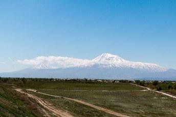 Een dag later vertrok ik richting Tatev, dan rij je langs de berg Ararat (van de brandy) die na de genocide ineens in Turkije lag.