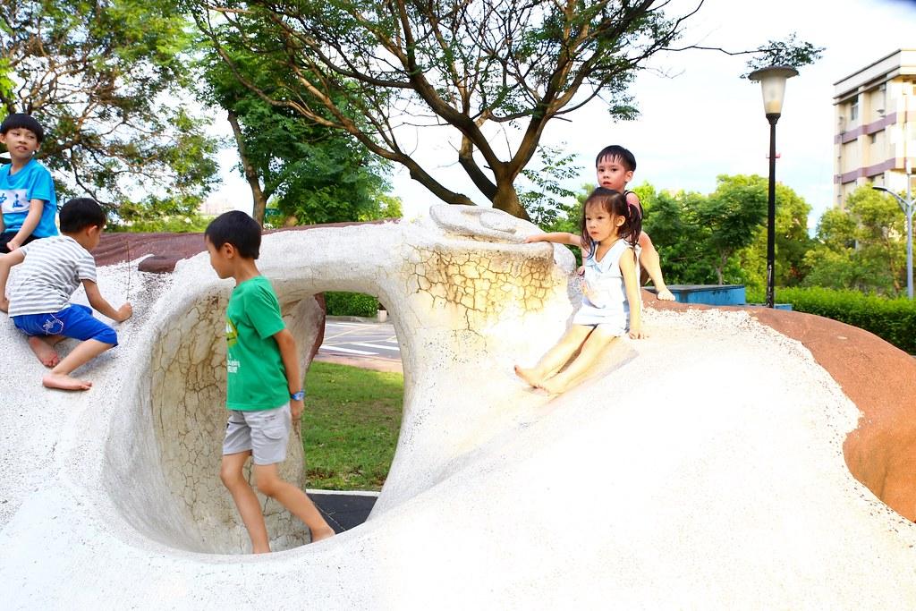 竹北文化兒童公園「風蝕巨巖溜滑梯」快來這裡釋放孩子們的無限體力!臺灣特色溜滑梯推薦|新竹親子旅遊 ...