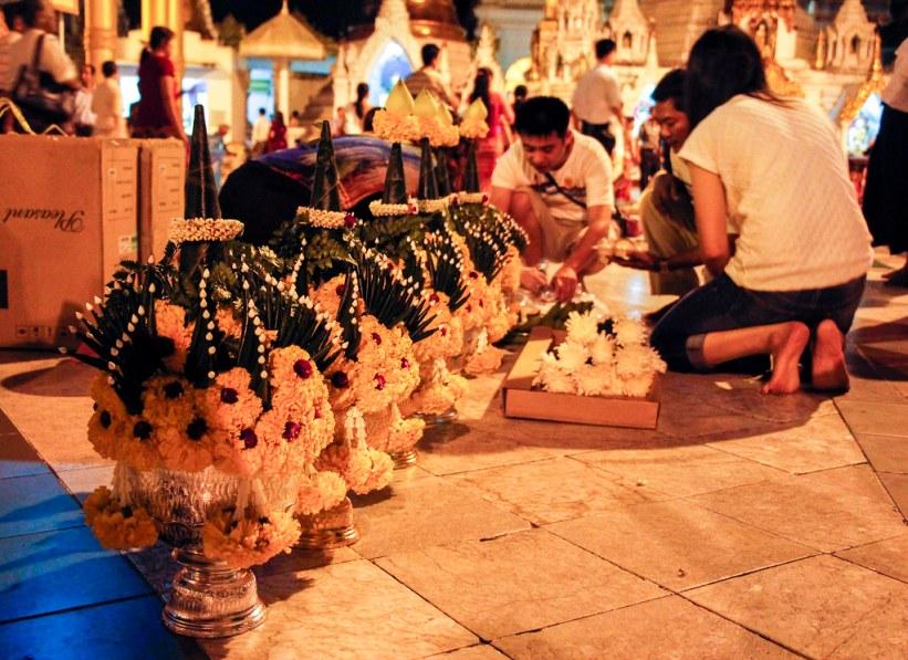 tilbedning af Buddha i Yangon, Burma
