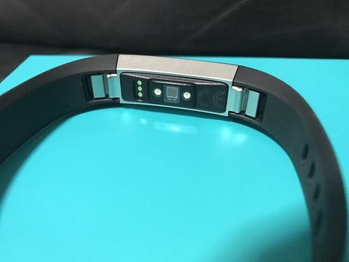 ด้านหลังของ Fitbit Alta HR มีเซ็นเซอร์วัดอัตราการเต้นของหัวใจ และ ขั้วสำหรับชาร์จแบตเตอรี่