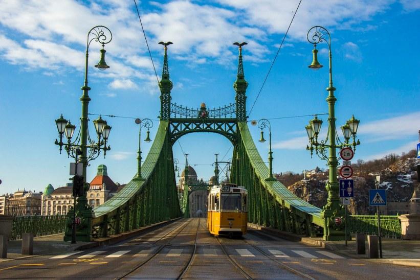 Liberty Bridge og en sporvogn i Budapest