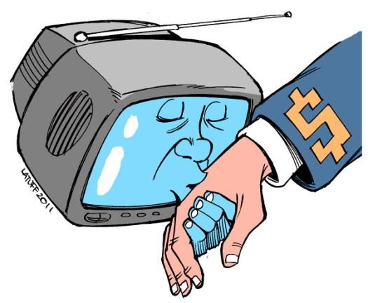 Em determinadas conjunturas, o interesse público é ameaçado pelos interesses políticos e econômicos das empresas - Créditos: Charge: Carlos Latuff