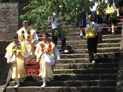 School kids and sake offerings plying the stairs at the climbing season opening ceremony