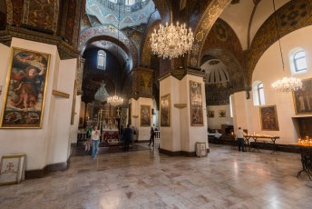 De gebouwen staan allemaal rond deze kathedraal, en het opperhoofd van de katholieken in Armenië zwaait hier de scepter.