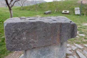 Vanwege de inscripties in deze steen weet men dat de tempel in het jaar 77 is gebouwd.