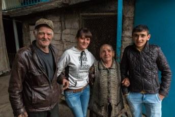 Op zoek naar een restaurant hielp ik onderweg deze familie even mee een kast naar boven te tillen. Anders moest oma het doen.