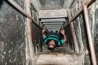 Tegenwoordig is er een ladder, maar vroeger werden de gevangenen gewoon 6 meter naar beneden geflikkerd.
