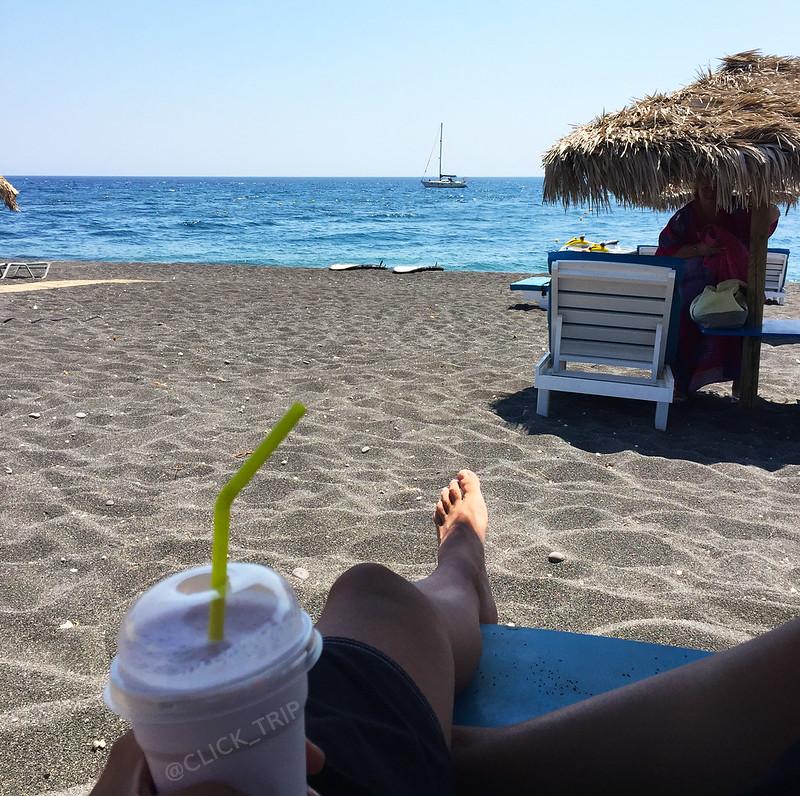 Disfrutando de las vacaciones en la playa Perissa | Santorini | ClickTrip.ES