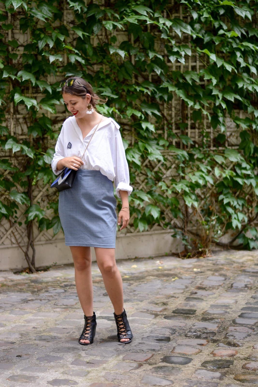 Chemise blanche oversize jupe crayon bleu