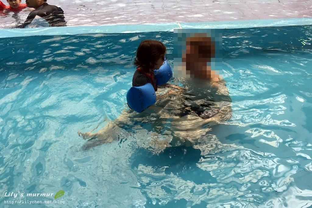尼帶著小妮適應泳池。