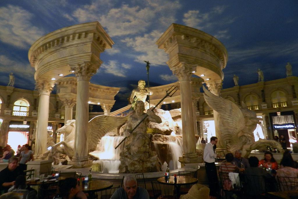 Caesars Palace interior tiendas esculturas Atrio central Las Vegas EEUU 01