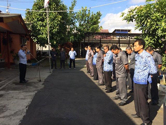 Suyitno Arman saat memimpin apel pagi KPU Tulungagung (17/7)