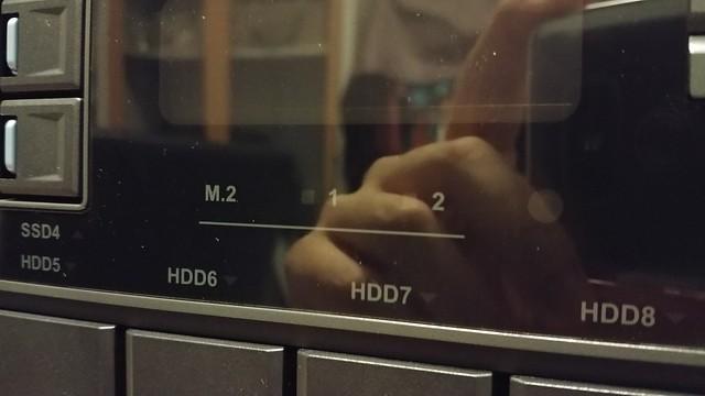 นอกจากใส่ SSD ได้ 4 ลูกโดยเฉพาะแล้ว ยังใส่ SSD แบบ M.2 ได้อีก 2 ด้วย