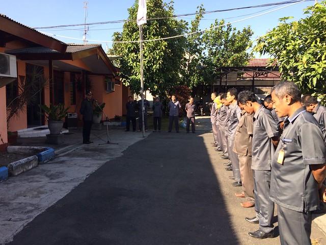 Victor saat memimpin apel pagi KPU Tulungagung (24/7)