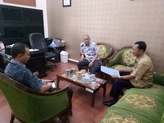 Suasana Koordinasi KPU Tulungagung dengan Unit Layanan Pengadaan (ULP) Setda Pemerintah Daerah Kabupaten Tulungagung di Kantor Bagian Pembangunan (7/9)