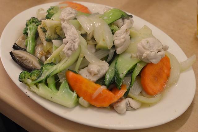Stir-fried noodles with chicken & vegetables
