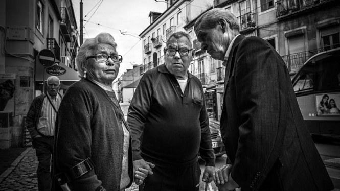 distracted-lisbon-portugal-black-and-white-street-photograp-giuseppe-milo