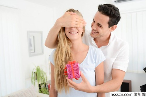 man-with-gift-938x626_938_626