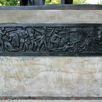 Fries am Heinrich-Heine-Denkmal im Volkspark am Weinbergsweg