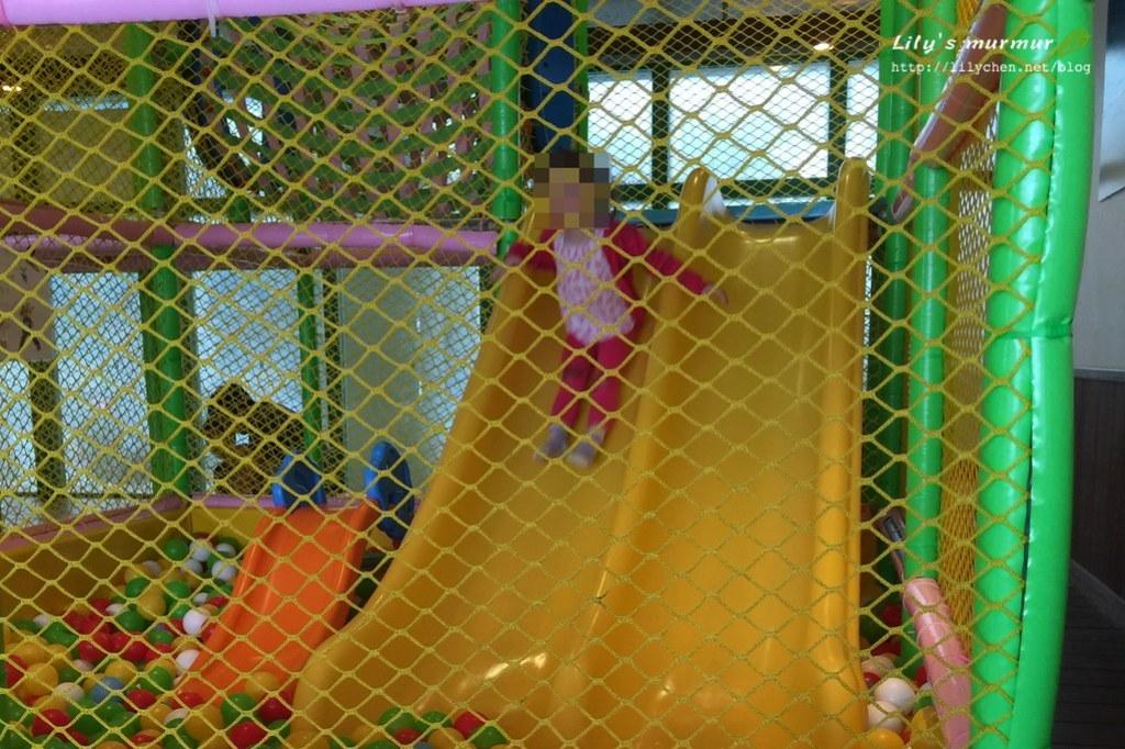 球池大人不能進入,只能在外面拍籠子裡(誤)的孩子。