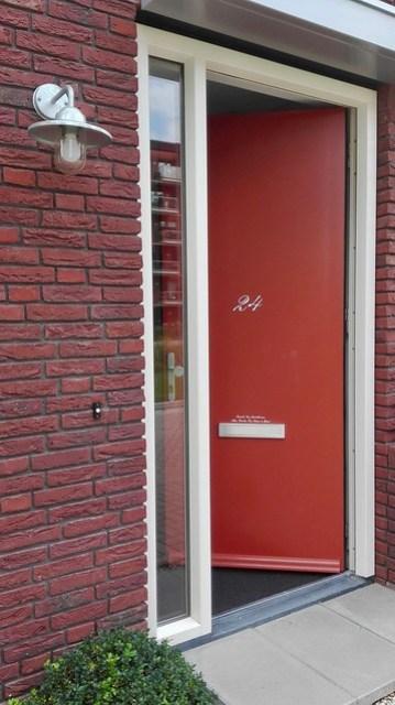 Rode voordeur nieuwbouw