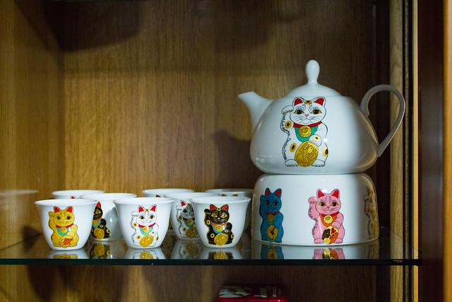 Tetera con dibujos de varios maneki-neko (gato de la suerte japonés)