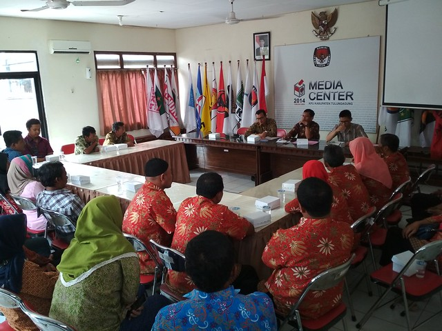 Anggota Komisioner KPU Tulungagung menemui dan memberi penjelasan tentang pemilu di hadapan anggota Percatu Tulungagung (28/9)