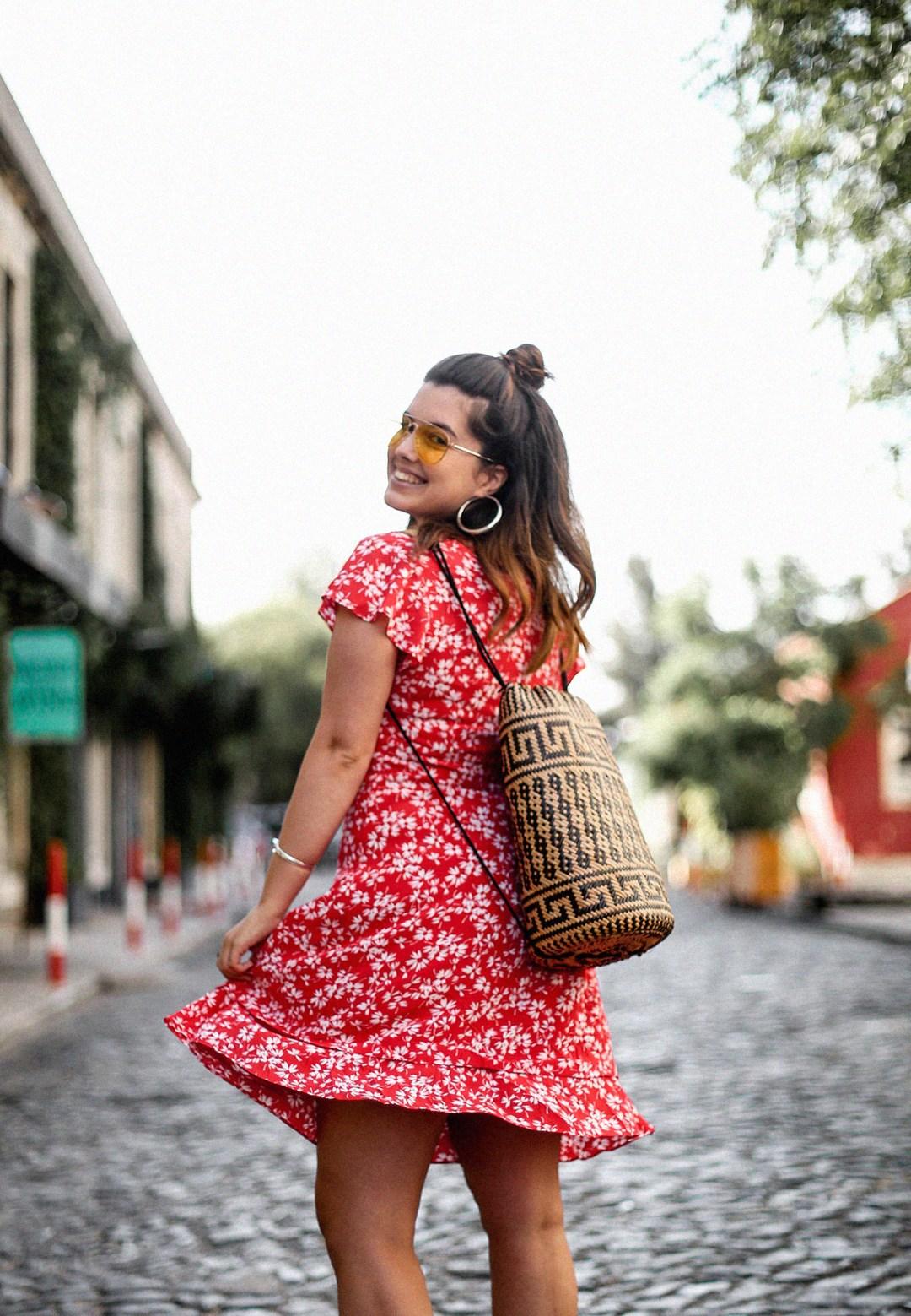 vestido-rojo-volantes-sandalias-lazos-mochila-ratan-travel-lx-factory-lisbon