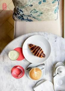 Croissant, cappuccino