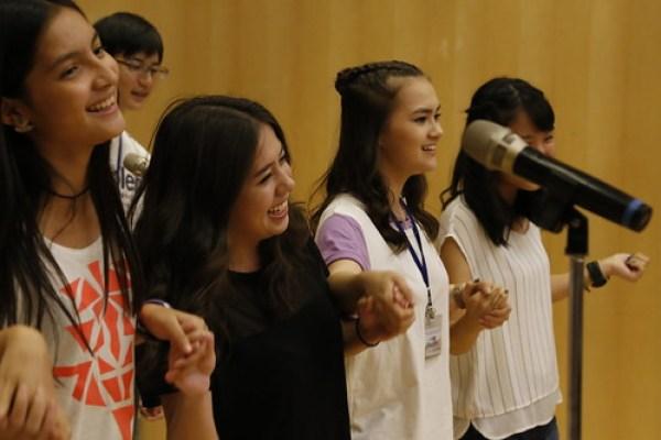 學員上台表演合唱華語歌曲