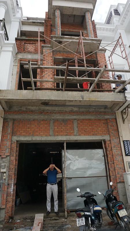 Anh Dũng Voi đại diện Cty Nhà Hoàn Thiện cúng khởi công xây nhà