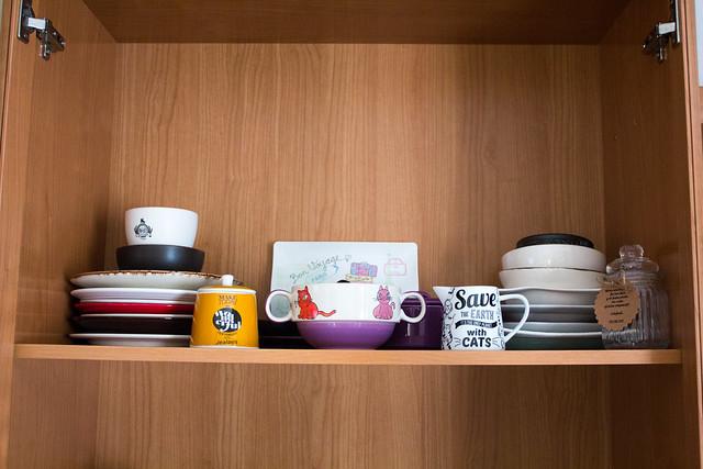 Más platos y hasta un azucarero con su jarra para la leche gatuna
