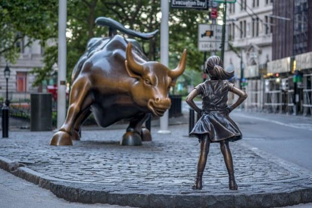 Niña frente al toro de Wall Street