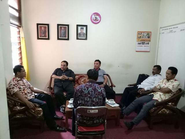 Margiono saat berkunjung ke kantor KPU Tulungagung (2/8)