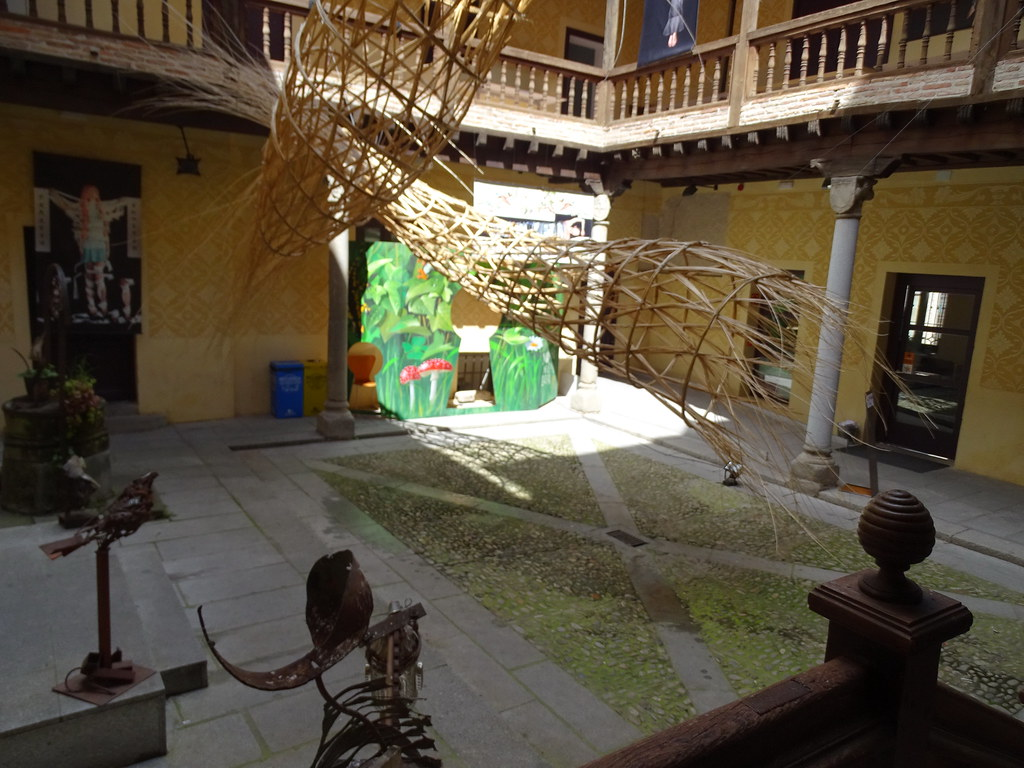 Segovia patio y esculturas Palacio del Marques de Quintanar casa blasonada 07